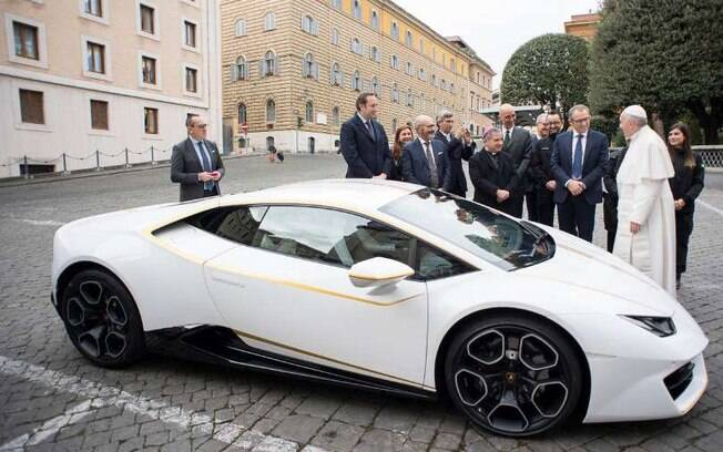 Lamborghini Huracán: Papa Francisco conversa com o CEO da Lamborghini, Stefano Domenicali, de gravata azul
