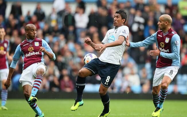 Paulinho encara defesa do Aston Villa