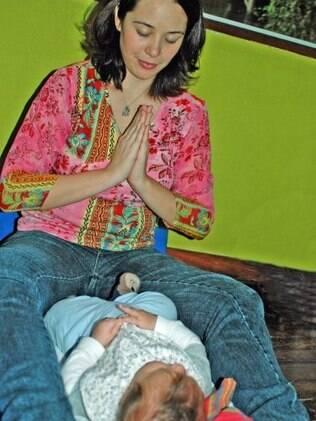 Shantala: a posição inicial coloca mãe e bebê frente a frente