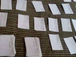 Método organizacional nada 'high-tec': bloquinhos de papel agrupados por região