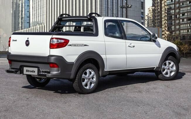 Fiat Strada Freedom vem com rodas de liga-leve e proteções emborrachadas nos para-lamas entre os itens de série