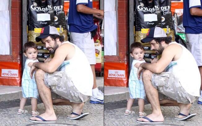 Eriberto Leão com o filho, João, em pet shop neste sábado (03)