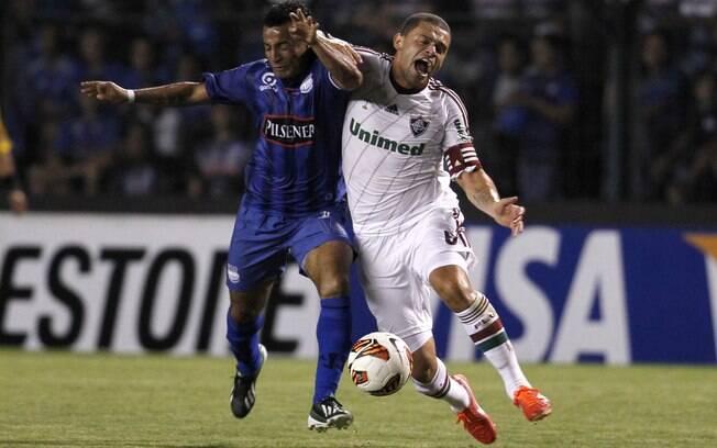 Edinho disputa a bola com jogador do Emelec