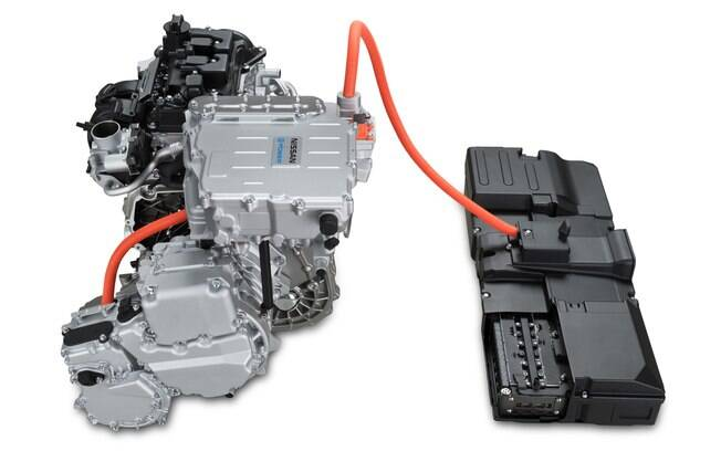 O sistema completo reúne o motor elétrico montado ao lado do motor a combustão e um cabo que o liga às baterias