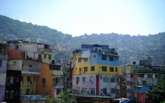Na favela da Rocinha, vivem quase 70 mil moradores, de acordo com pesquisa do IBGE; explosão assustou comunidade