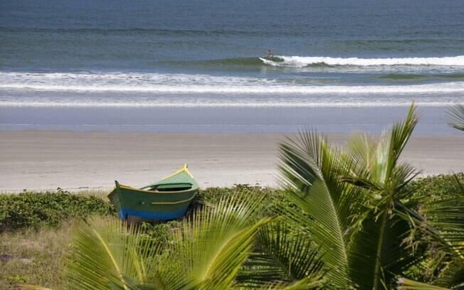 Ilha do Mel oferece trilhas pela mata, boas praias para a prática do surf e vida noturna animada