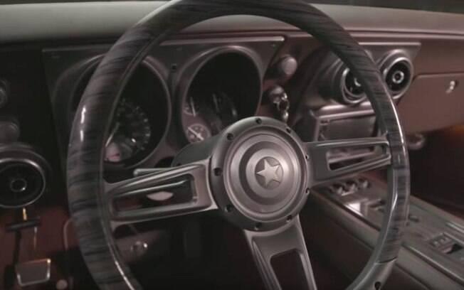 Robert Downey Jr. presenteia Chris Evans com carro personalizado com detalhes do Capitão América