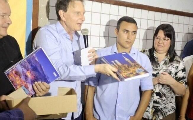 Prefeito Marcelo Crivella durante uma de suas visitas a uma das escolas na região