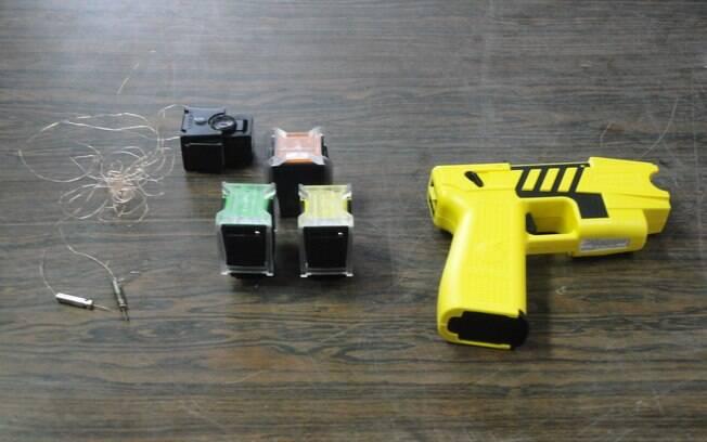 Na foto, uma arma de choque adquirida pela PM paulista: ainda pouco difundida no Brasil