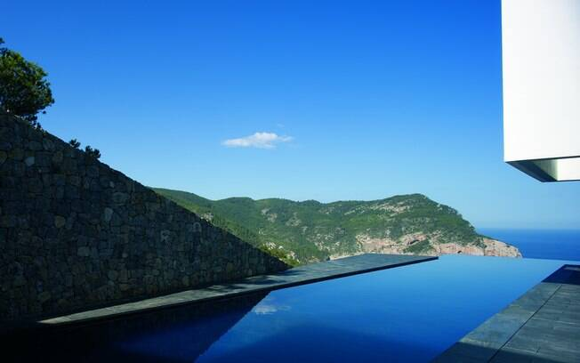 Piscina projetada pelo arquiteto Bruno Erpicum parece flutuar sobre a paisagem do litoral da Espanha