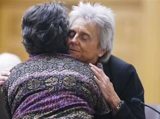 Deputada Joann Ginal (à direita) conforta viúva de homem que morreu de doença grave
