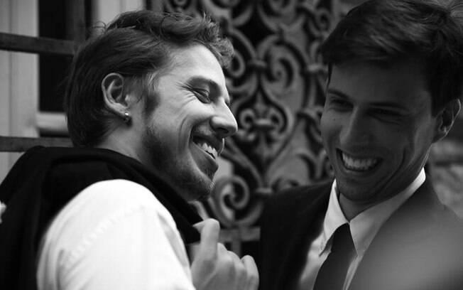 """De Felipe Cabral (à dir.), o curta""""Aceito""""  vai mostrar os percalços enfrentados por um jovem que decide pedir o namorado em casamento de forma grandiosa"""