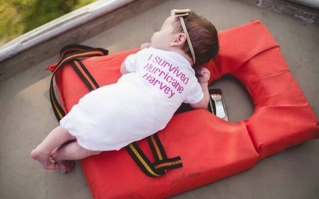 Roupinha usada pela pequena Hope durante ensaio em bote que a salvou trazia a frase