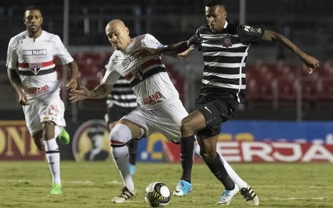 Jô e Maicon em disputa durante o primeiro jogo das semifinais do Paulistão: Timão venceu por 2 a 0