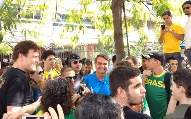 Deputado Bolsonaro é ovacionado por manifestantes em São Paulo
