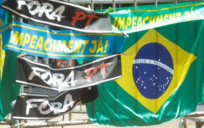 Cartazes a favor do impeachment de Dilma em ato em  Belo Horizonte, em julho: processo que dividiu o Brasil