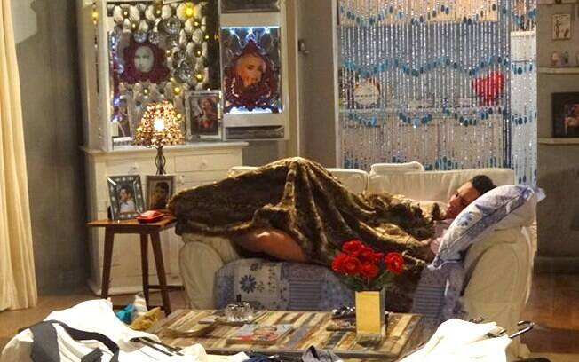 Baltazar chora na cama de Crô: arrependimento