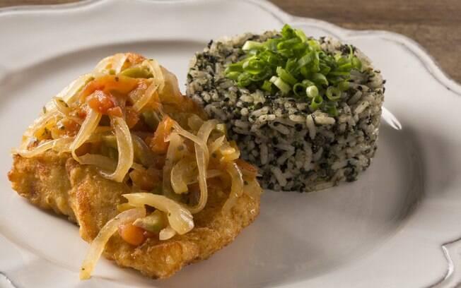 O arroz leva a planta cuxá na preparação e geralmente é acompanhado de frutos do mar; prato apreciado no Maranhão