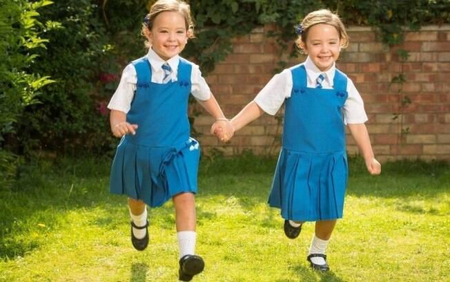 Rosie (esquerda) e Ruby precisaram de uma cirurgia de emergência para sobreviver em 2012, logo após nascerem