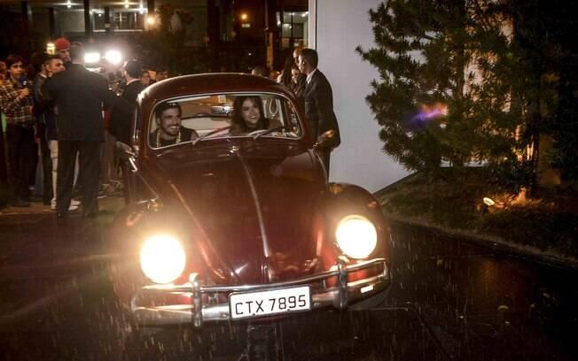Maria Casadevall e Caio Castro no fusca da atriz. Foto: Leo Franco / AgNews