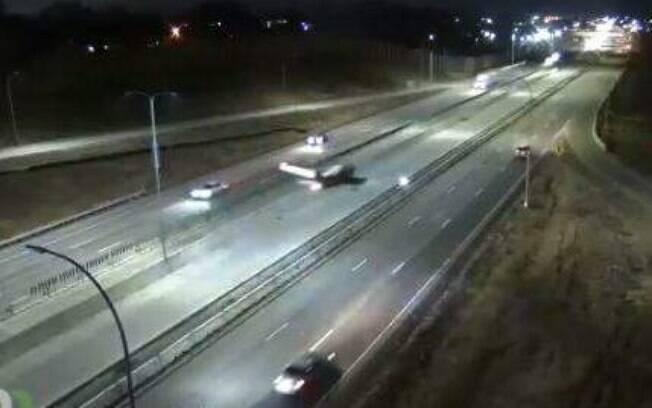 Avião faz pouso de emergência durante a noite em estrada dos EUA; veja o vídeo