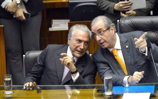 Presidente Michel Temer conversa com o ex-deputado Eduardo Cunha durante cerimônia na Câmara dos Deputados em 2015