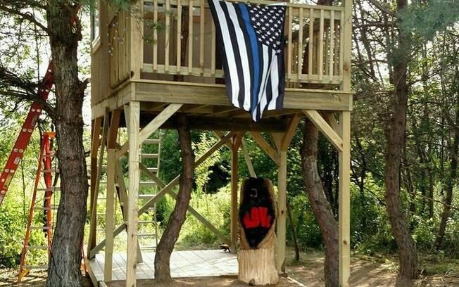Depois de policial morrer em serviço, 35 colegas se reuniram e entregaram a casa na árvore para sua filha