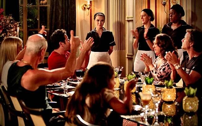 Nina é recebida na sala de jantar com salva de palmas pela comida
