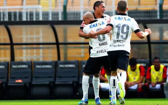 Ralf comemora seu gol na partida contra o  Vitória no Pacaembu