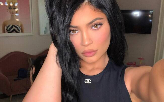 É possível usar truques de maquiagem e iluminar em torno da boca para ter os lábios grossos como os de Kylie Jenner
