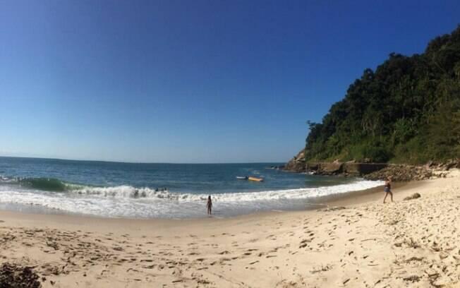 A Praia do Éden tem uma faixa de areia de poucos mais de 100 metros com muitas rochas e águas esverdeadas
