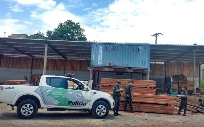 Polícia Ambiental no pátio onde a madeira foi encontrada