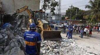 Construções em área da milícia são demolidas