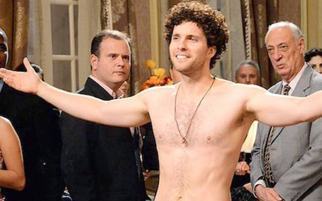 Márcio (Thiago Fragoso) na cena de nudez de