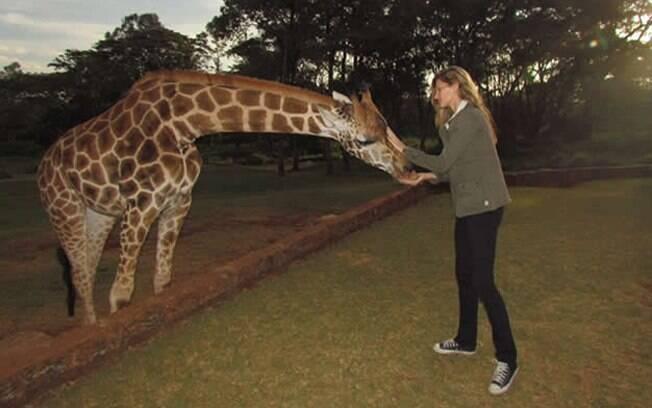 Gisele Bündchen alimentou girafas durante sua viagem ao Quênia