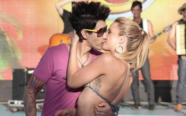 O cantor Gusttavo Lima e a assistente de palco Karen: beijo durante o