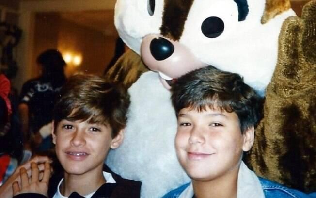 Dado Dolabella (à esquerda) com o irmão, Fernando, em uma viagem à Disney