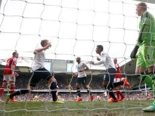 Paulinho marcou o primeiro gol dos londrinos