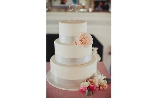 E se quiser inovar, em vez do casalzinho em cima do bolo, que tal as iniciais do casal em Swarovski? The Cake Top
