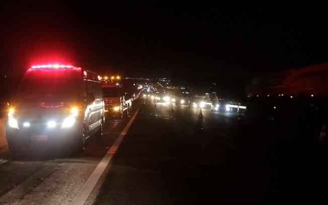 Motociclista morre após ser prensado por carro e caminhão na Anhanguera