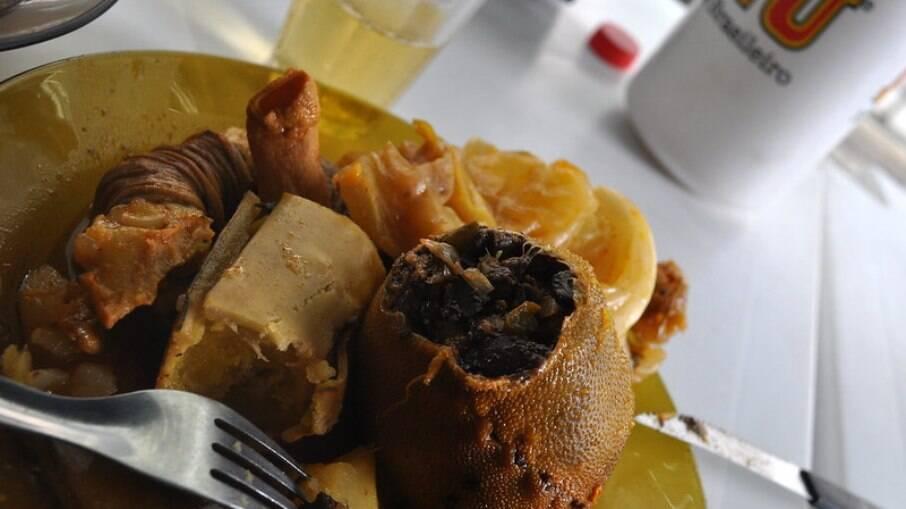 A pele do bode é usada para fazer a bolsa que guarda a carne