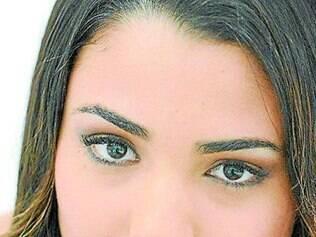O batom esmeralda verde pode ser usado se combinado com os olhos mais discretos