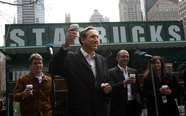 Howard Schultz aproveitou a bolsa de estudos que ganhou numa universidade americana para tornar um mestre nos negócios. Em 1987, ele assumiu uma pequena rede de cafeterias que se tornaria o império Starbucks, com mais de 16 mil lojas no mundo. A fortuna dele é estimada em US$ 2,1 bilhões. Foto: Getty Images