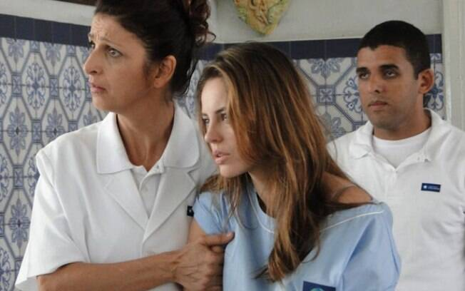 O grupo entra na clínica, inventa uma história e consegue convencer a enfermeira a entregar Paloma