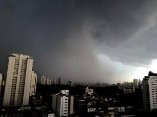 Forte chuva causou prejuízos aos moradores da zona leste da cidade de São Paulo
