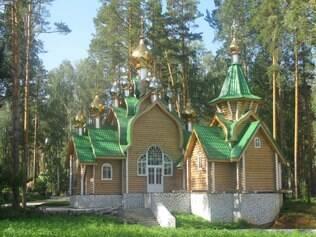Espalhados pelo parque estão sete templos dedicados aos mortos no massacre