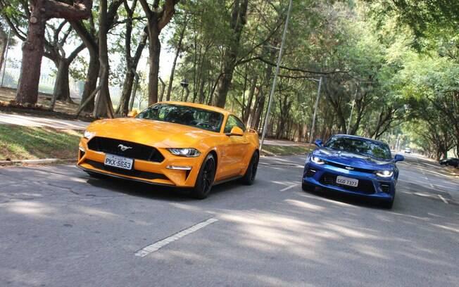 Camaro e Mustang são dois esportivos do jeito americano de ser, ou seja, nada discretos e sem poupar gasolina no tanque