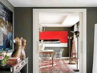 Com bom senso, é possível mesclar diversos estilos de tapete na decoração. Fica bonito e super moderno, como nesta sala conjugada