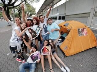 CIDADES. BELO HORIZONTE, MG.  Fas acampam na porta do Chevrolet Hall aguardando o show da cantora Demi Lovato. O grupo chegou dia 29 de marco, mas o show so acontecera dia 01 de maio.  FOTO: LINCON ZARBIETTI / O TEMPO / 12.04.2014