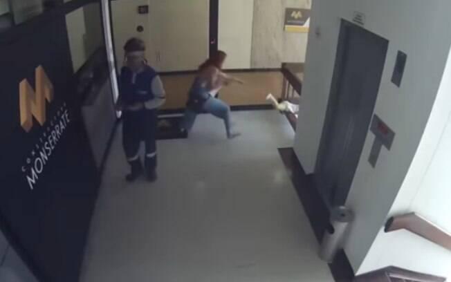 A mãe fez de tudo para proteger o filho e salvou a criança de uma queda do quarto andar de um prédio na Colômbia